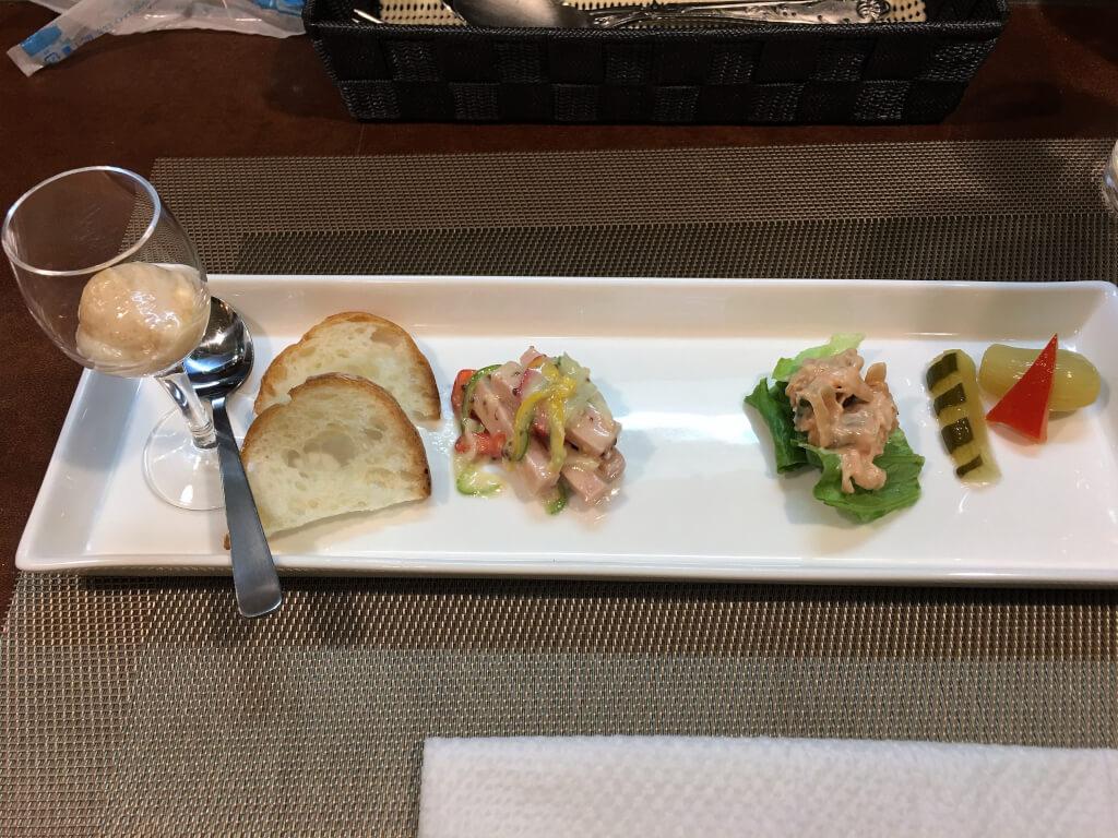バゲット添えソーセージ、野菜の粒マスタード和え、ニシキ貝のオロールソース、ピクルスの盛り合わせ