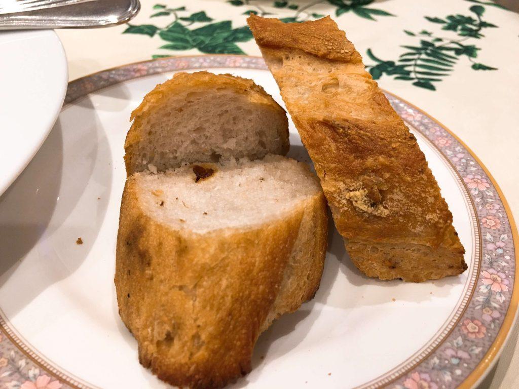 今日のランチにつく自家製パン