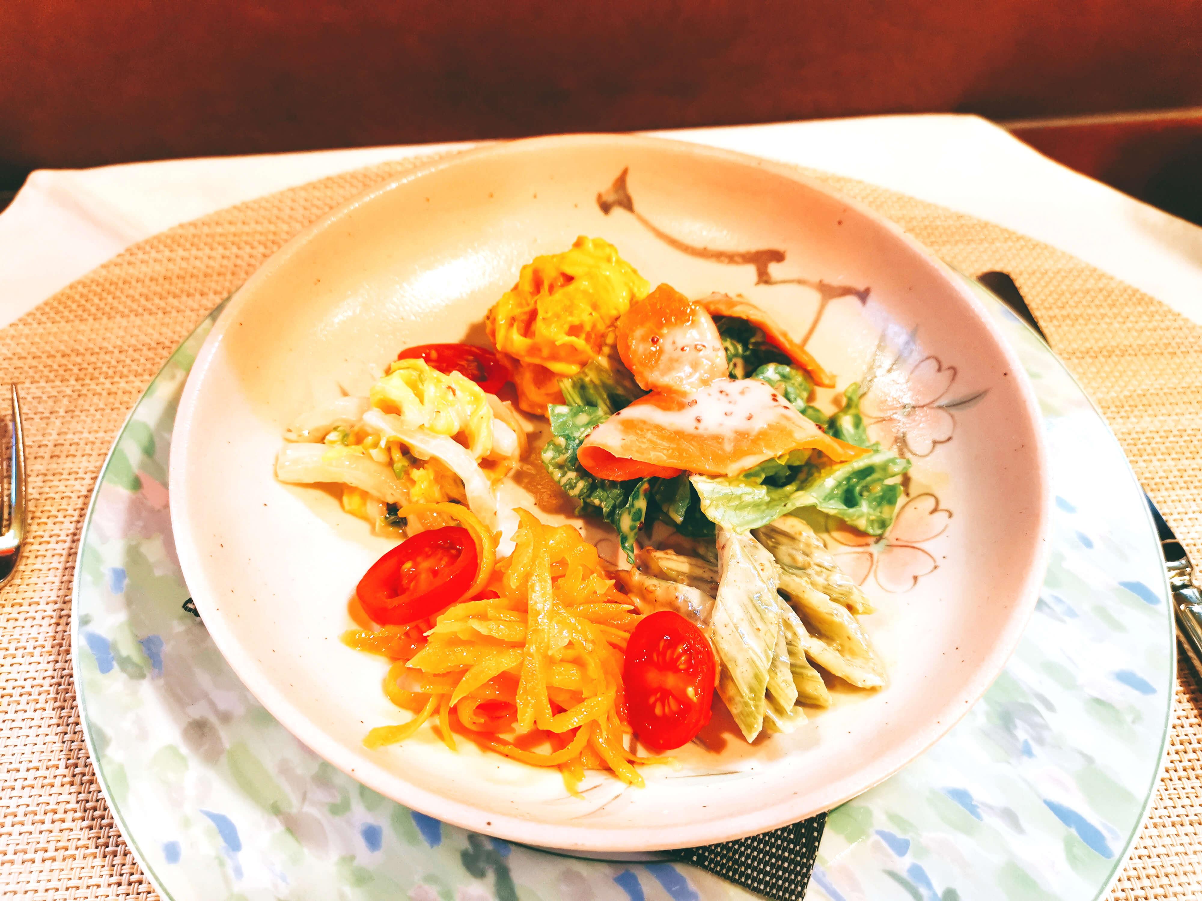 スモークサーモンと彩りマリネサラダの盛り合わせ