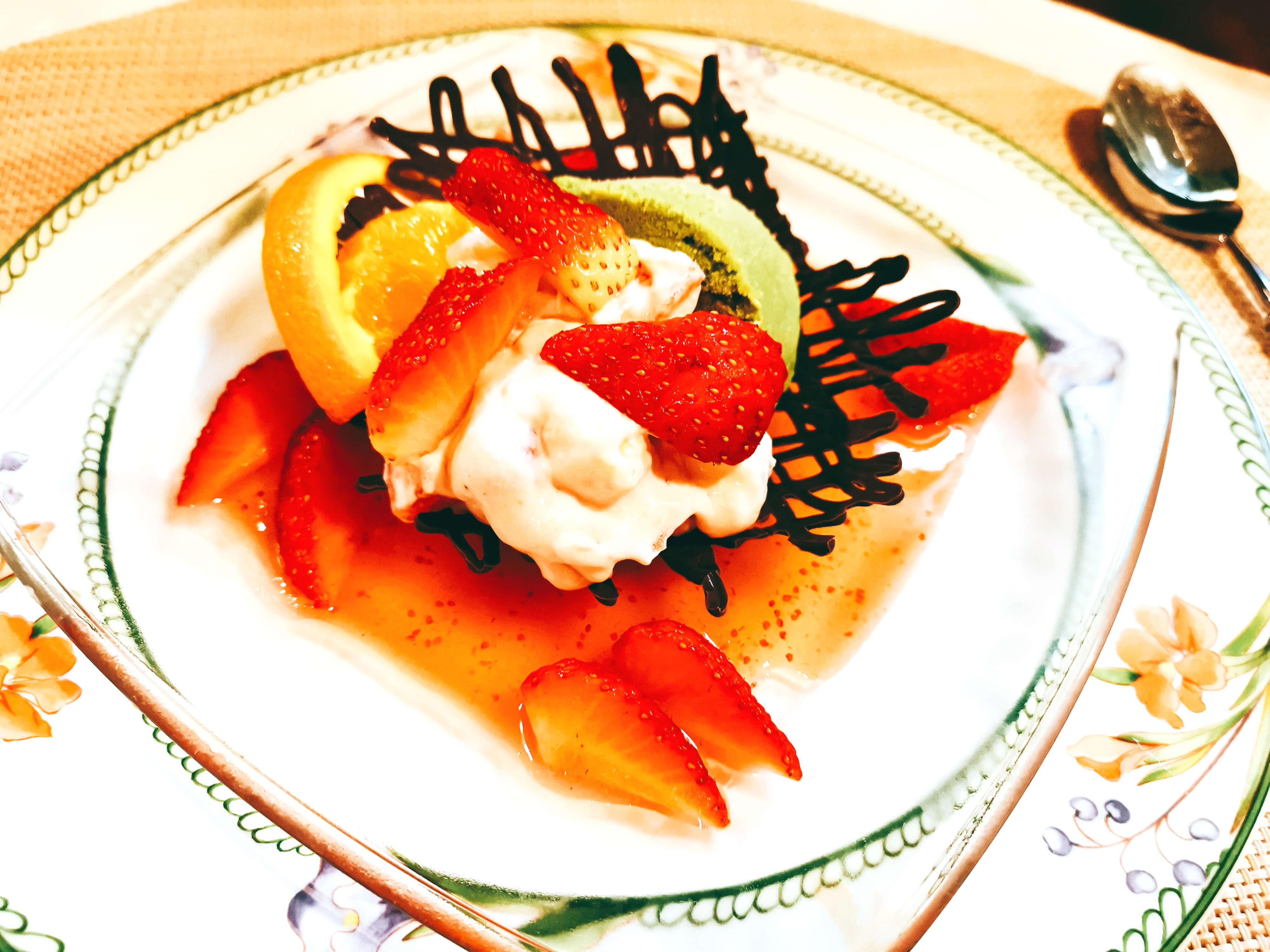 イチゴのスープ仕立てとフルーツのクリームあえ抹茶のアイスクリーム添え