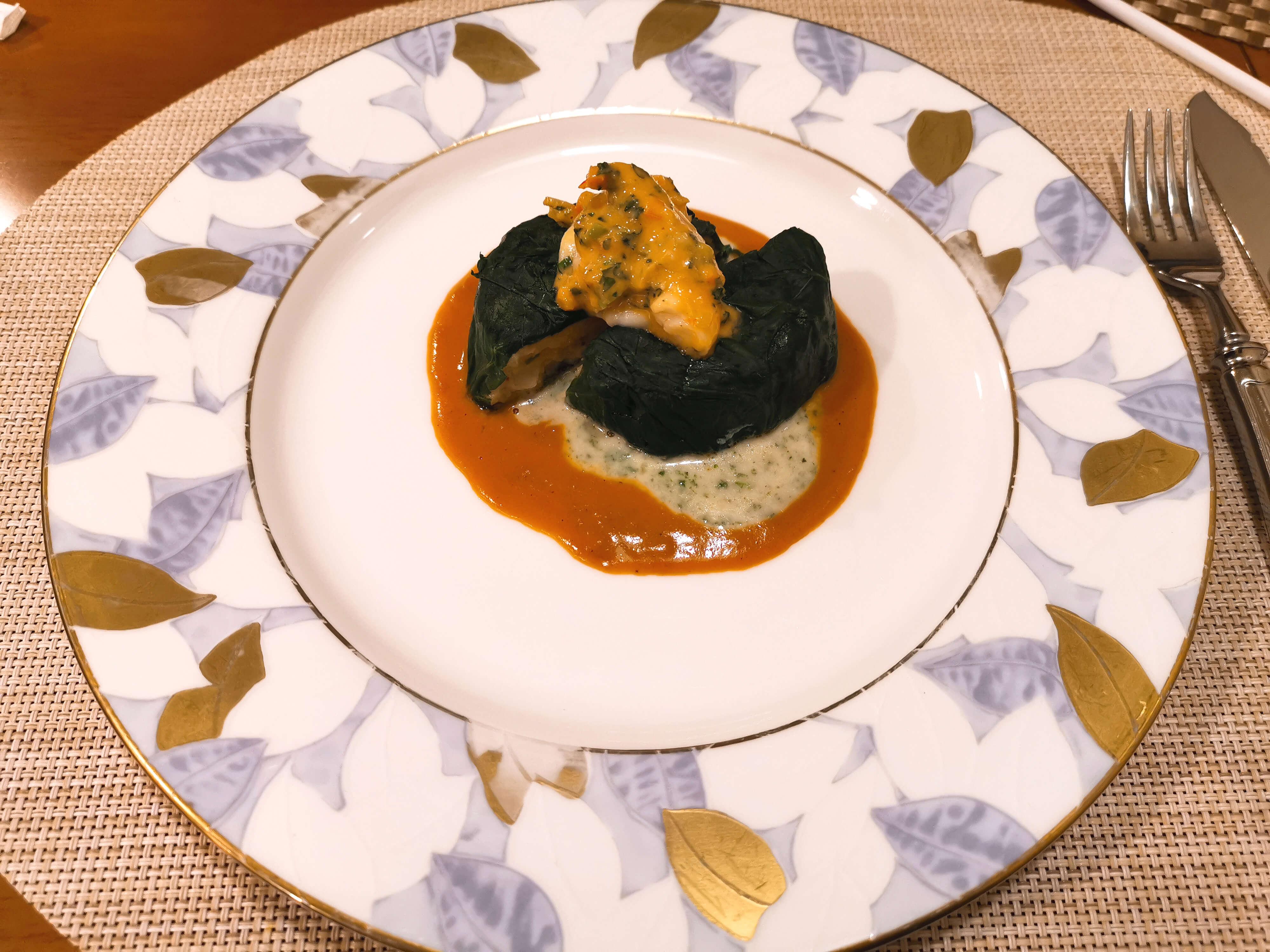 ホーレン草で包んだエビと魚のムースリーヌ二色のソースのハーモニー