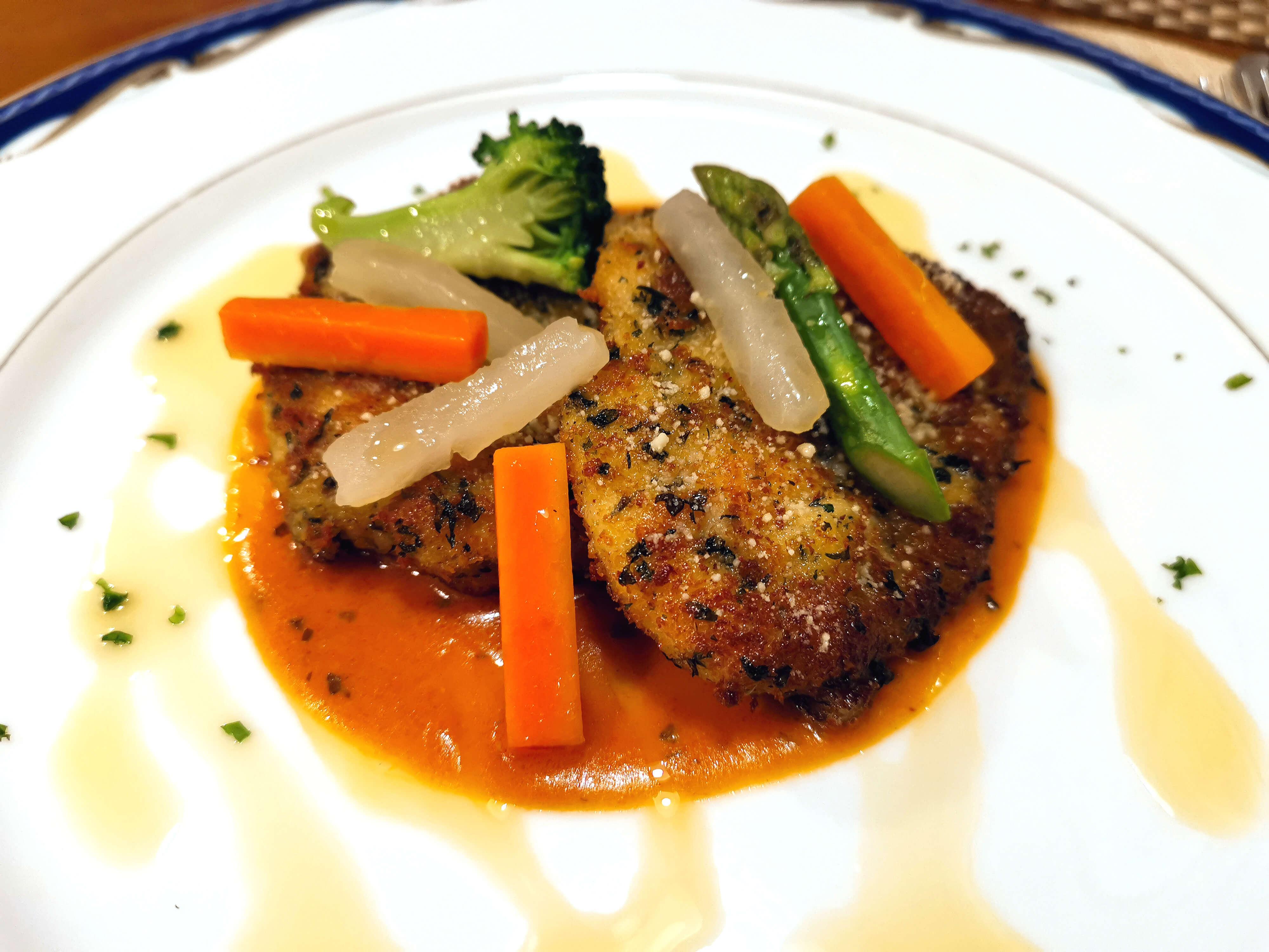 若鶏胸肉のチーズ入りパン粉付け焼き 野菜飾りとトマトソース、オリーブの香り