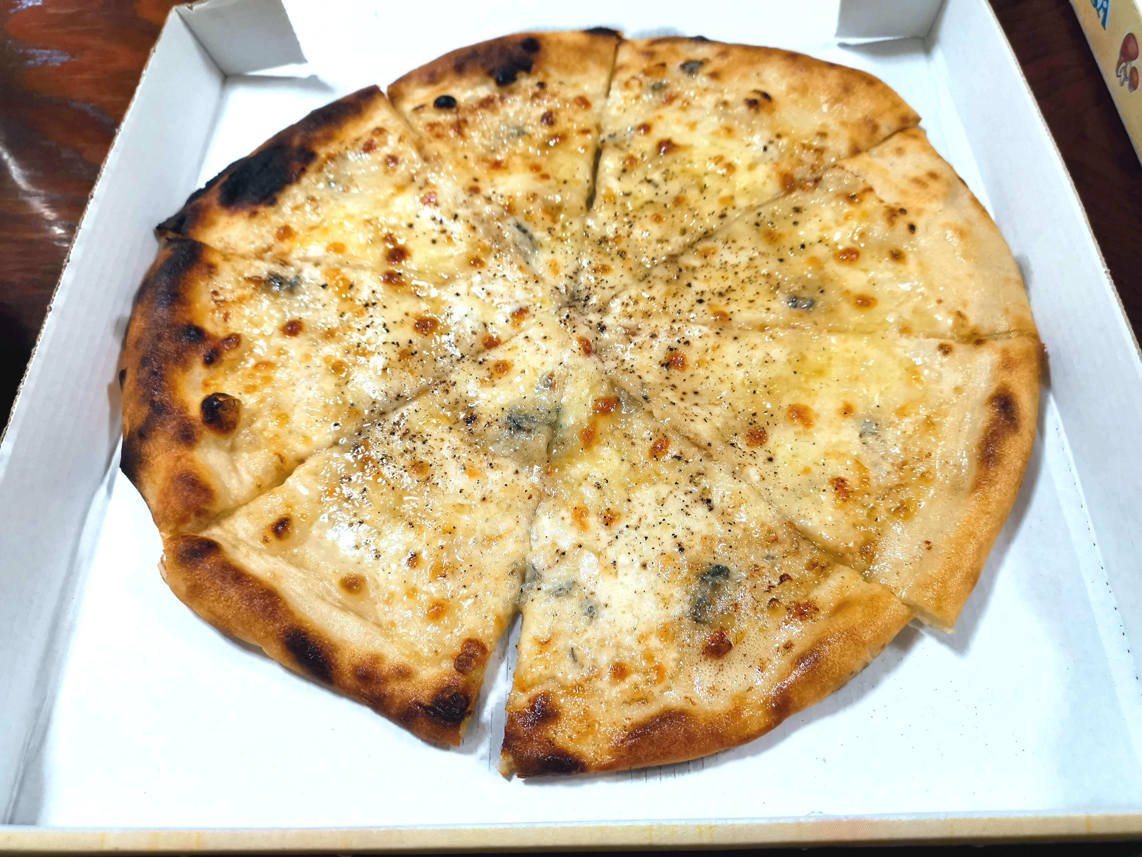 4種のチーズピザ1400円(容器代税込)